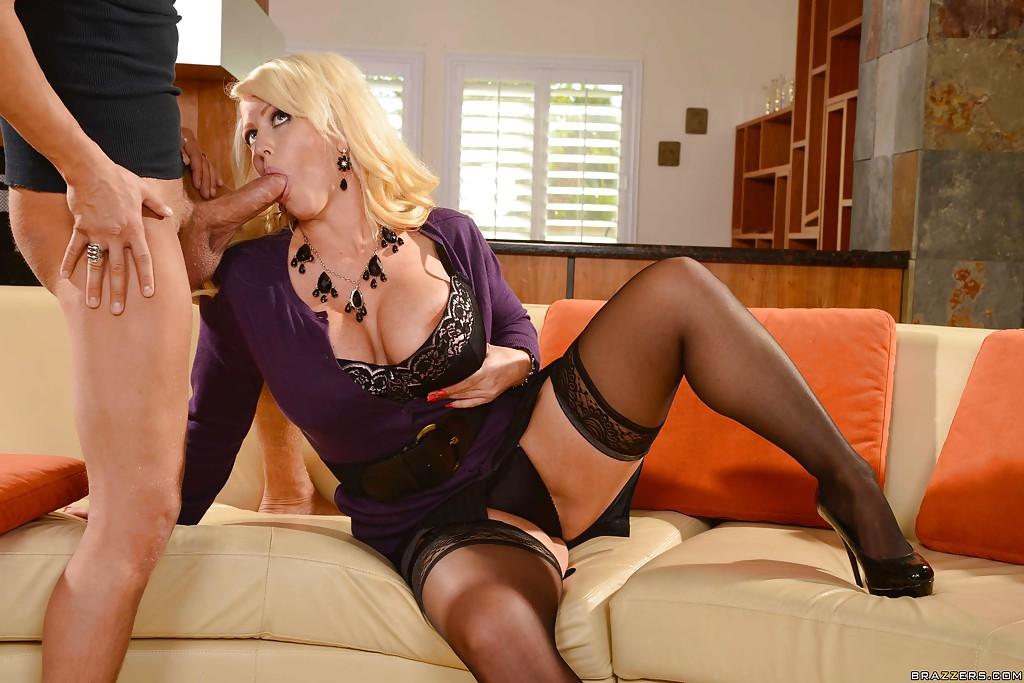 Alura Jensen обнажает дойки и сосет член любовника - порно фото