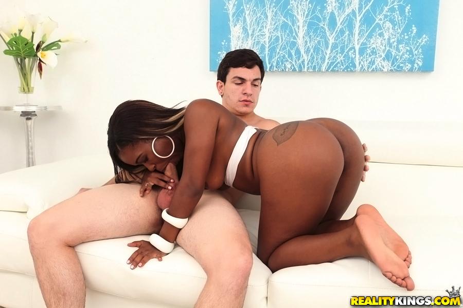 Чернокожая девка подставила попку партнеру и сделала ему минет - порно фото