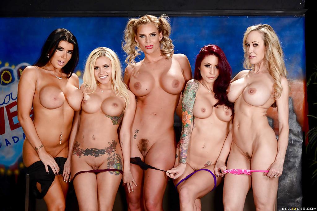 Пятеро большегрудых баб позируют голышом перед камерой - порно фото