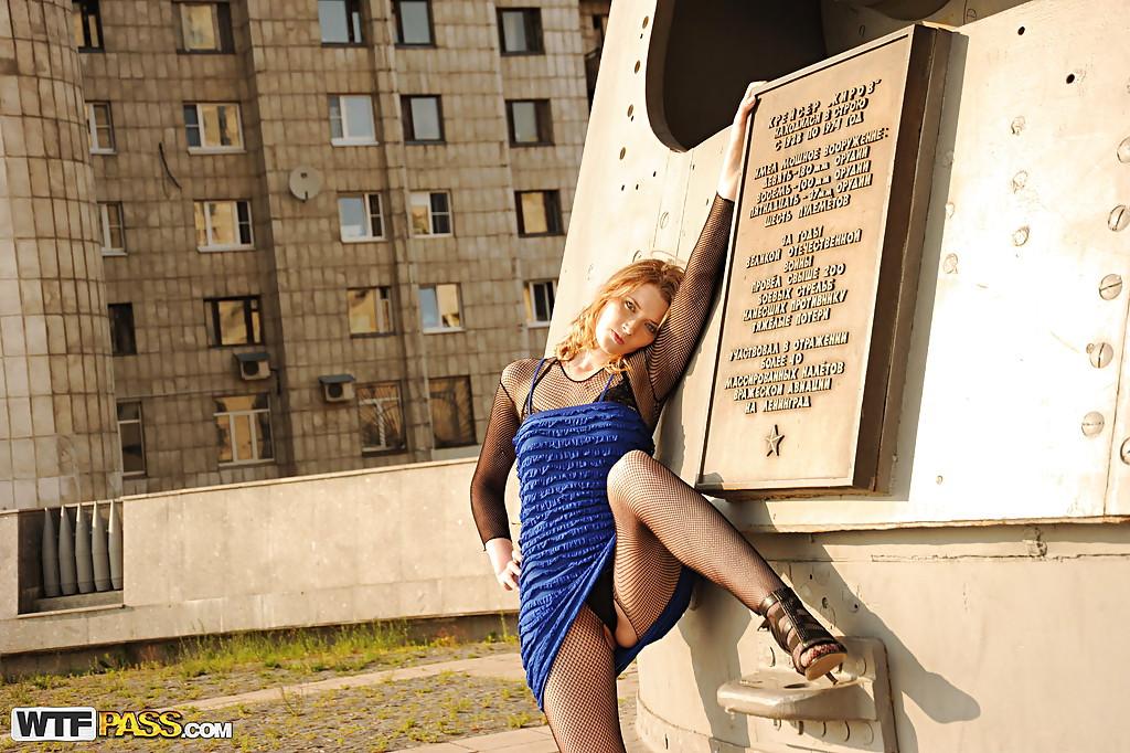 Распутная баба посреди города светит голым задом - порно фото