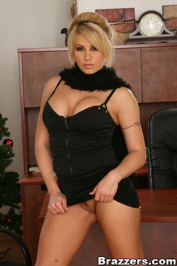 Brooke Haven на столе обнажила огромные дойки и пилотку - порно фото