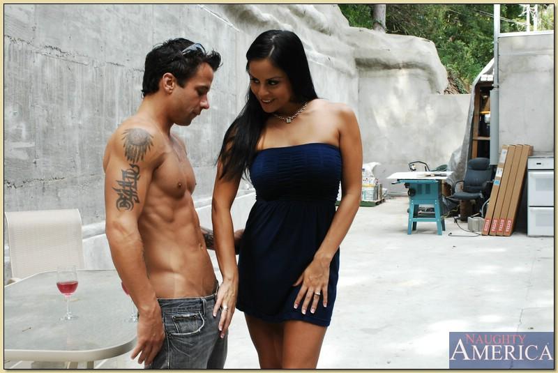 Татуированный парень жарит во дворе сексуальную латинку - порно фото