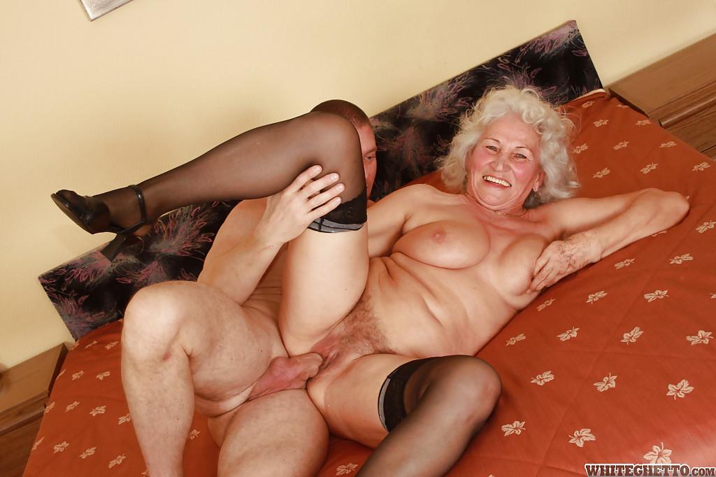 Парень выебал седую старуху и залил ее пизду спермой - порно фото