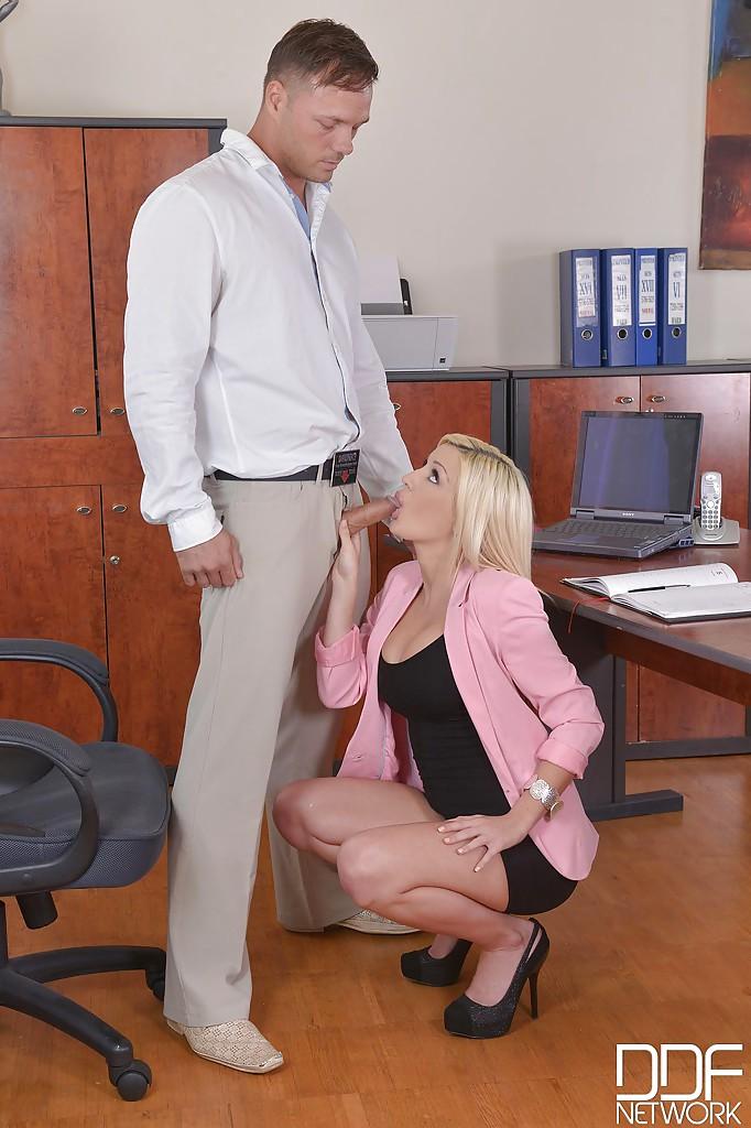 Блондинка с большими сиськами сосет член шефа в офисе - порно фото