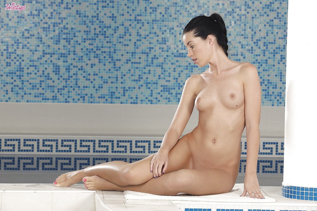 Худая модель возле бассейна показала обнаженное тело - порно фото