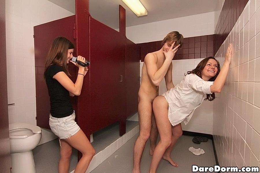 Студент в общественном туалете жарит девку на глазах у ее подруги - порно фото