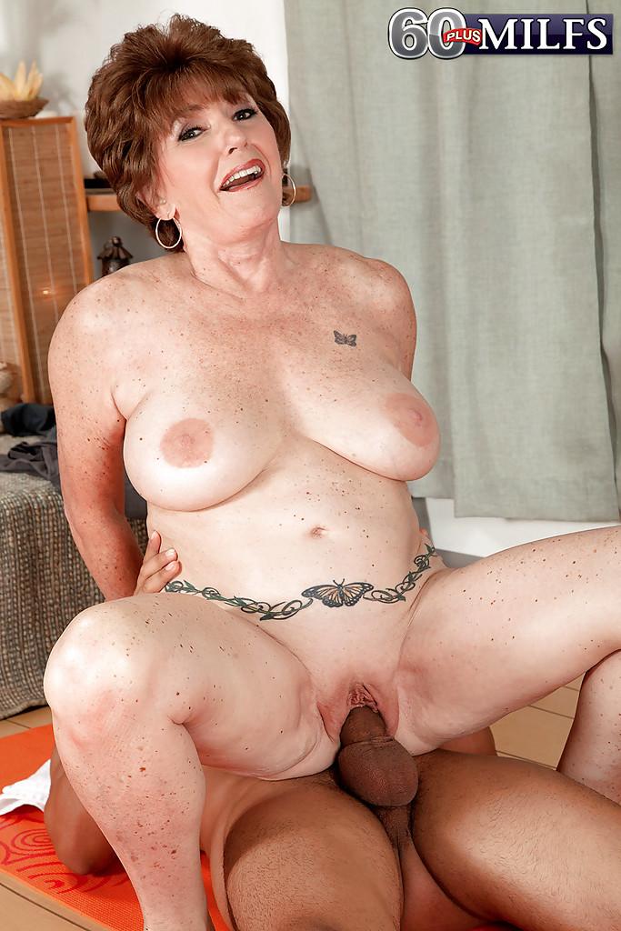Стройный парень жарит в вагину старую даму - порно фото
