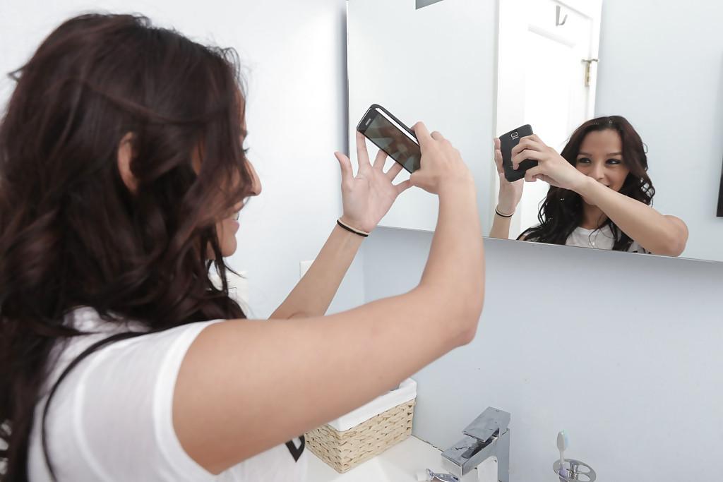 Nicki Ortega возле стены показывает стриптиз - порно фото