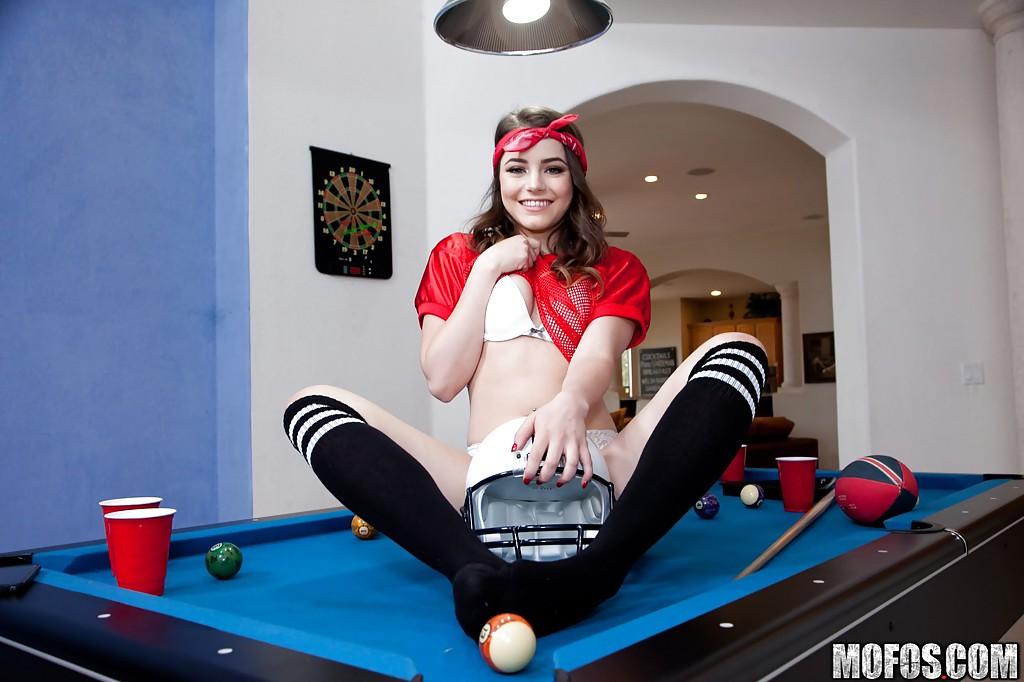 Kylie Quinn показывает пилотку на бильярдном столе - порно фото
