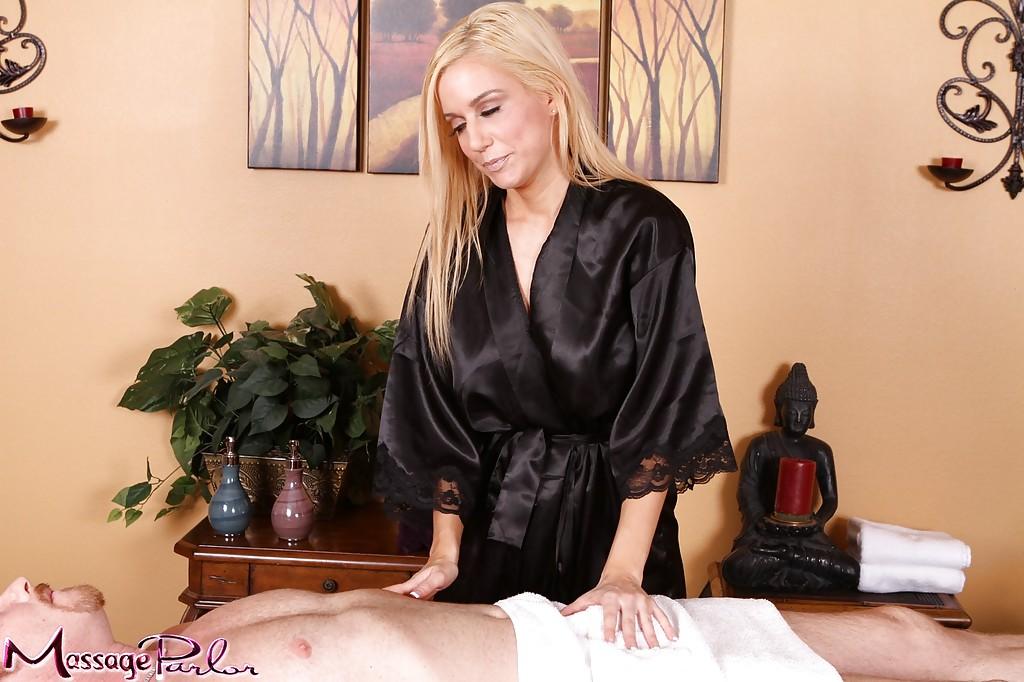 Белокурая массажистка сосет у клиента и дает ему полизать свою щель - порно фото