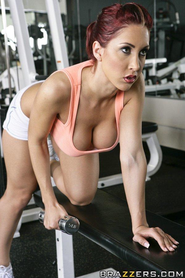 Большегрудая спортсменка разделась в тренажерном зале - порно фото