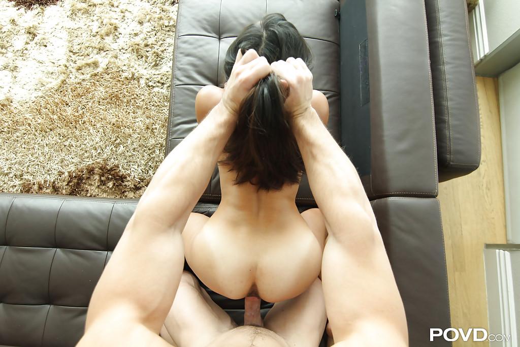 Секс от первого лица со стройной бабой на диване - порно фото