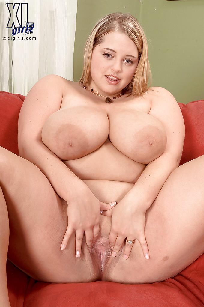 Белокурая толстуха дрочит щель вибратором на диване - порно фото