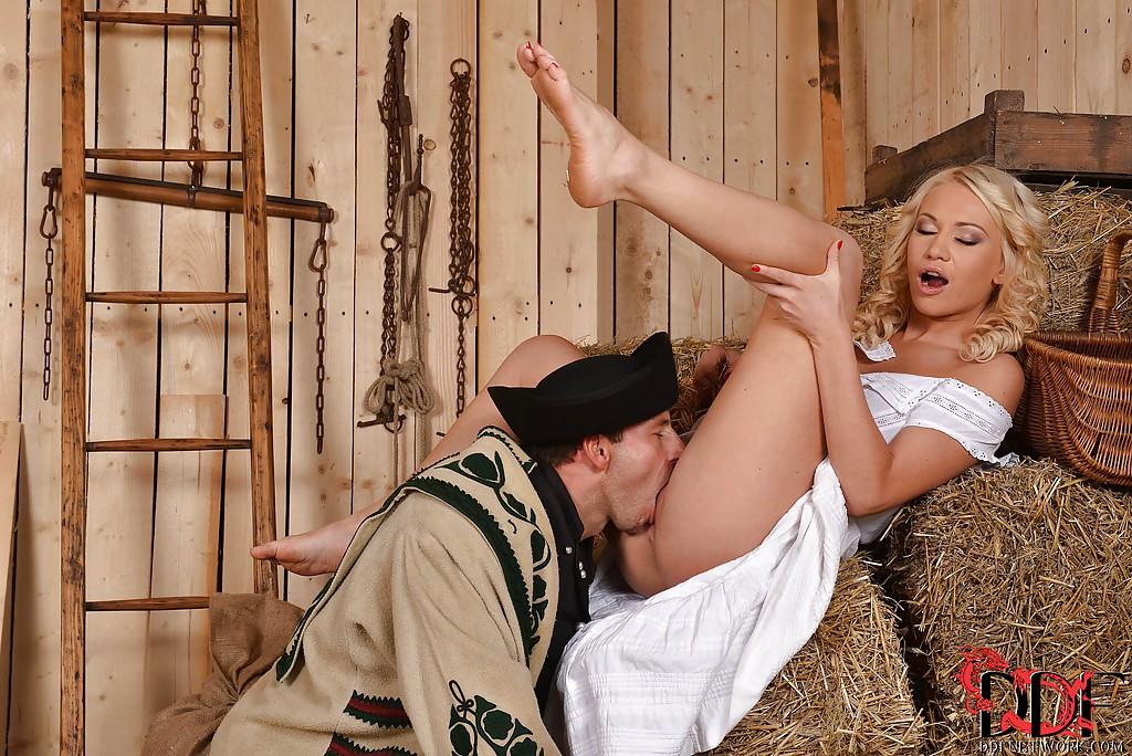 Мужик в хлеву вылизывает щель блондинки и трахает ее на сене - порно фото