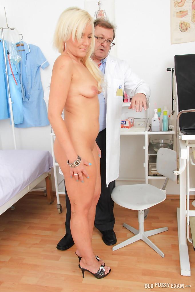 Очкастый врач осмотрел узкую и бритую вагину зрелой блондинки - порно фото