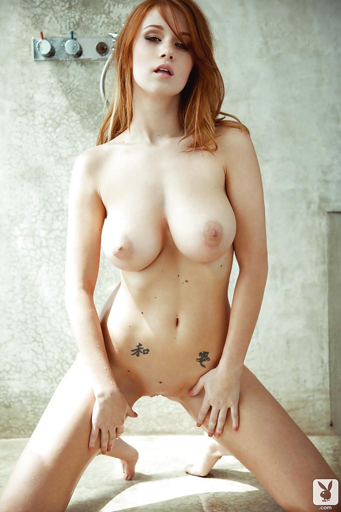 Рыжая сучка Leanna Decker снимает полосатое белье и моется в душе - порно фото