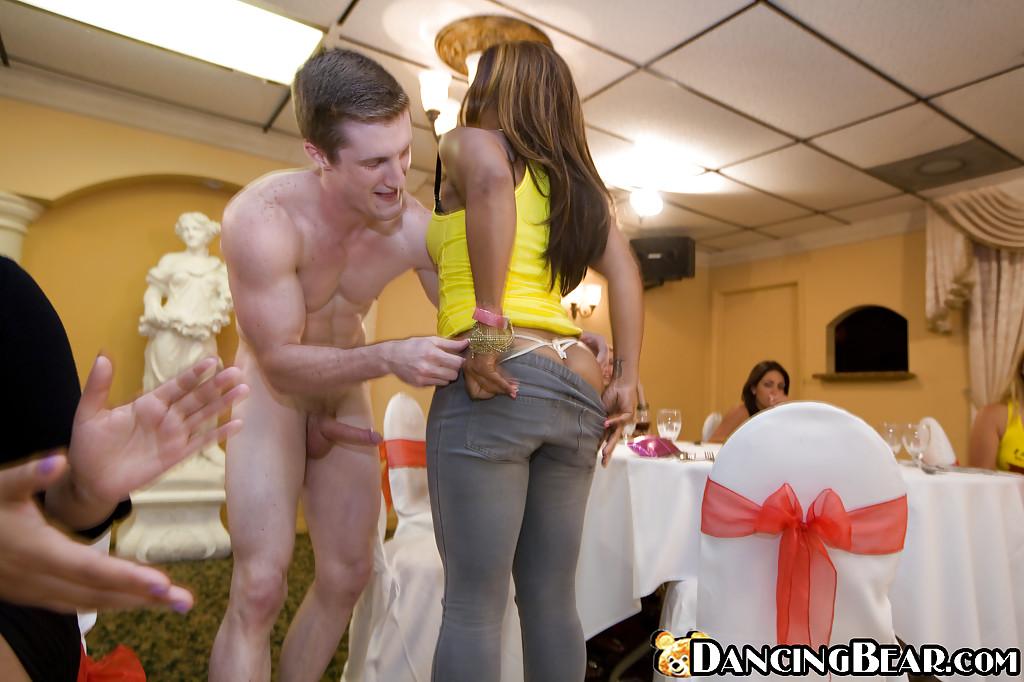 Белокурая телка в желтой майке сделала минет стрпитзеру на вечеринке - порно фото