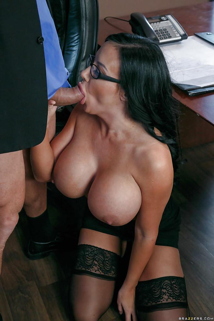 Sybil Stallone с силиконовыми сиськами отсосала начальнику и отдалась ему - порно фото