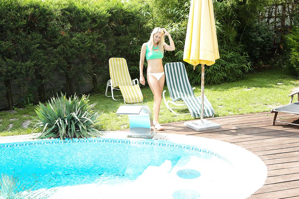 Стройная девушка в обнаженном виде поплавала в бассейне и подрочила киску - порно фото