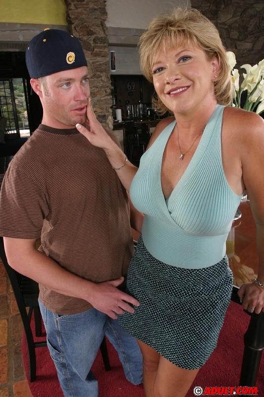 Белокурая зрелка с упругими сиськами и большой жопой дала двум ухажерам - порно фото