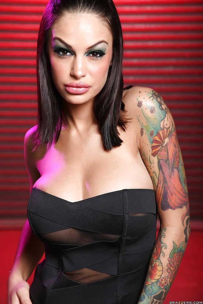 Давалка с большими сиськами Angelina Valentine разделась у клуба - порно фото