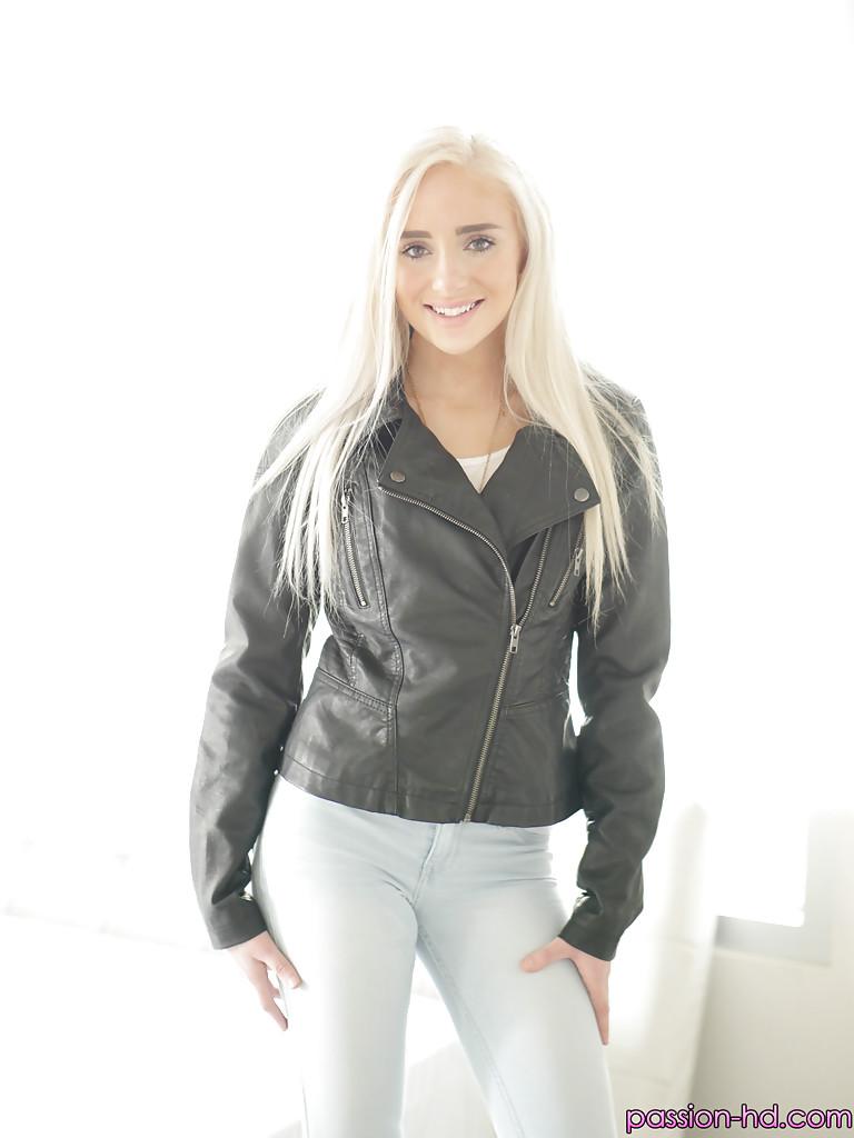 Naomi Woods в кожаной куртке залезла на кровать, где показала обнаженное тело - порно фото