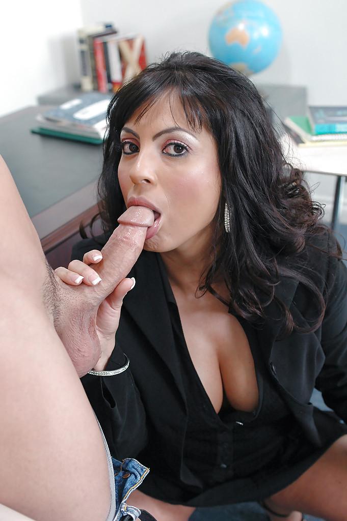 Adriana Anelise соблазнила студента и занялась с ним сексом в кабинете - порно фото