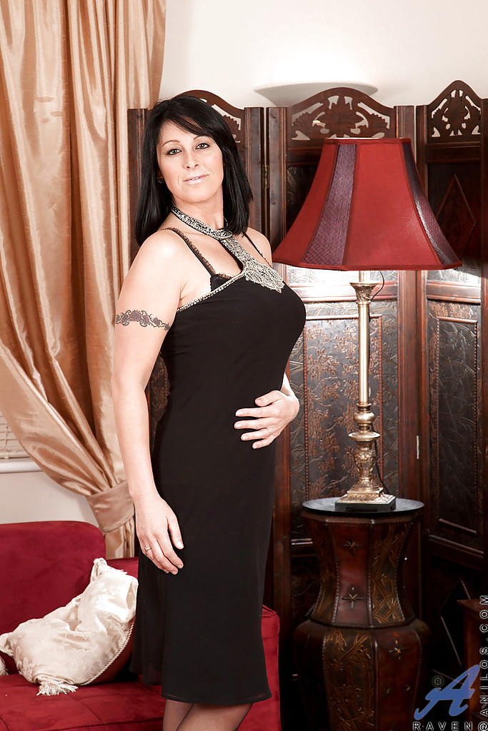 Шикарная модель в черном платье показала большие сиськи на кастинге - порно фото