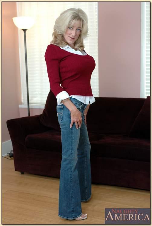 Lexi Carrington с силиконовыми сиськами обнажилась на диване перед камерой - порно фото