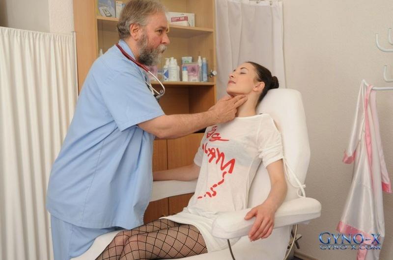 Русский врач раздел 18летнюю пациентку и осмотрел её щель - порно фото